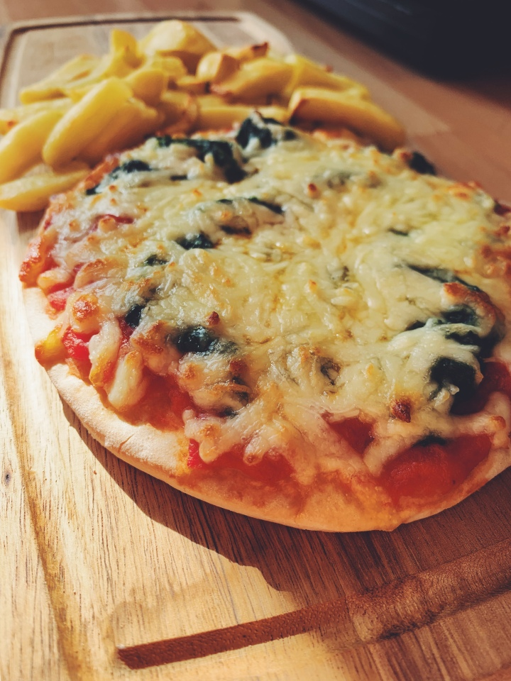 Cheese, tomato and spinach pizza
